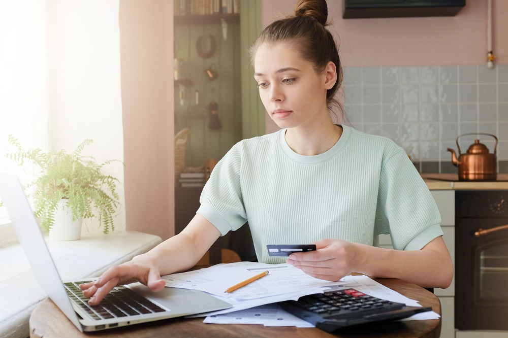 dziewczyna płaci podatki kartą kredytową